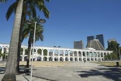 白色曲拱在卡约埃尔考斯da Lapa Centro里约热内卢巴西 库存照片
