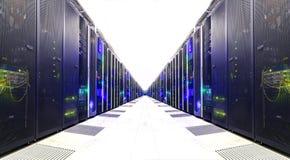 白色服务器室网络通信服务器群在服务器屋子 未来派现代数据中心 库存图片