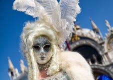 白色服装的妇女在威尼斯狂欢节2018年 免版税库存照片