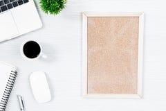 白色木办公桌桌和设备的与blac一起使用 库存照片