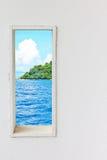 白色木墙壁窗口有海海滩视图 免版税库存照片