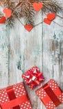 白色木头墙纸,垂直 与心脏和红色礼物的杉树 愿望的空间与冬天、xmas、新年和圣诞节 免版税库存照片