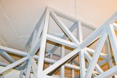 白色木强的射线、日志和天花板纹理在天花板下 抽象背景异教徒青绿 库存图片