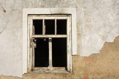 白色木窗口在有残破的玻璃的老房子里 库存照片