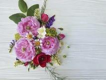 白色木背景的玫瑰春黄菊开花设计言情季节自然野花花束新娘 免版税图库摄影