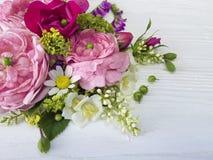 白色木背景的玫瑰春黄菊开花设计言情自然野花花束新娘 图库摄影