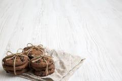 白色木表面,侧视图上的巧克力曲奇饼 特写镜头 库存图片