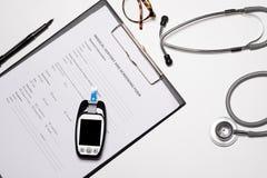 白色木医生书桌,与拷贝空间的医疗概念 库存照片