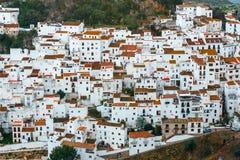 白色村庄镇用增白剂擦卡萨雷斯,安大路西亚,西班牙 免版税库存图片