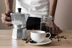 白色杯子和意大利咖啡罐 免版税库存图片
