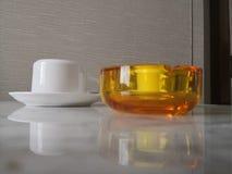 白色杯子和透明黄色箱子 免版税库存照片