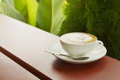 白色杯子在大阳台的热的热奶咖啡咖啡 库存照片