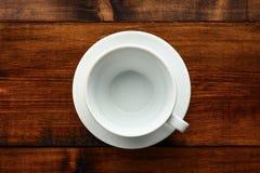 白色杯子在木桌里 免版税库存照片