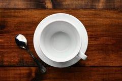 白色杯子在木桌里 免版税图库摄影