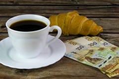 白色杯子无奶咖啡、新月形面包和卢布 免版税库存图片