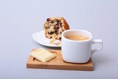 白色杯子特写镜头热奶咖啡咖啡和巧克力蛋糕 免版税库存照片