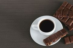白色杯子用无奶咖啡和巧克力 免版税库存图片