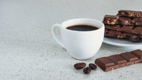 白色杯子用无奶咖啡和巧克力 免版税库存照片