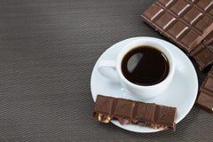 白色杯子用无奶咖啡和巧克力 免版税图库摄影