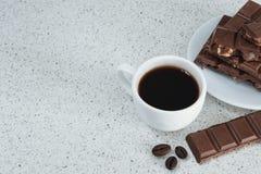 白色杯子用无奶咖啡和巧克力 库存照片