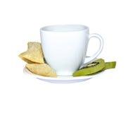 白色杯子用曲奇饼和猕猴桃 免版税图库摄影