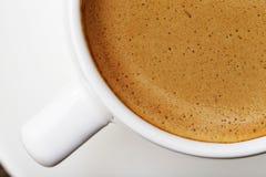 白色杯子的段浓咖啡 免版税库存照片