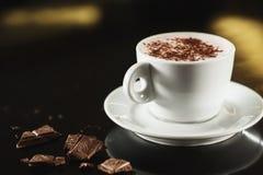 白色杯子的特写镜头图象有很多拿铁咖啡 库存图片