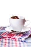 白色杯子茶咖啡格子花呢披肩 免版税库存照片