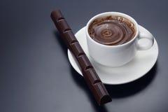 白色杯无奶咖啡用巧克力 库存照片
