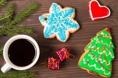 白色杯用热的饮料和圣诞节姜饼 免版税库存照片