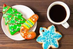白色杯用热的饮料和圣诞节姜饼 库存图片
