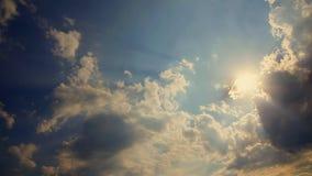 白色松的云彩横跨精采蓝天移动 影视素材