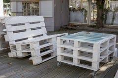 从白色板台的木室外家具 库存图片