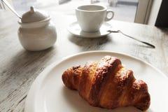白色板材用与杯子的新月形面包新鲜的无奶咖啡 库存图片