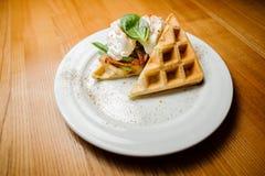 白色板材用可口奶蛋烘饼和菜 库存图片