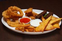 白色板材用在酒吧的开胃菜 图库摄影