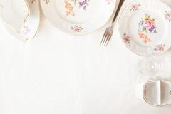 白色板材,叉子,葡萄酒杯 免版税图库摄影