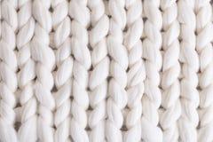 白色格子花呢披肩大编织 纹理猪尾被编织的毯子 库存图片