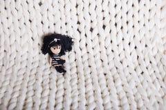白色格子花呢披肩大编织 纹理猪尾被编织的毯子 免版税库存图片