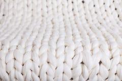 白色格子花呢披肩大编织 纹理猪尾被编织的毯子 库存照片