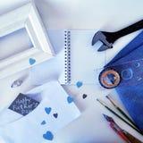白色框架、一个指南针、壳在轻的背景和一张明信片对父亲的天 免版税图库摄影