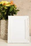 白色框架嘲笑,数字式大模型,显示大模型,称呼了储蓄摄影大模型,五颜六色的桌面嘲笑  有o的土气花瓶 图库摄影