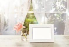 白色框架大模型与在玻璃上升了 免版税图库摄影