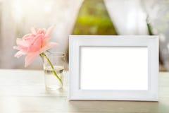 白色框架大模型与在玻璃上升了 库存图片