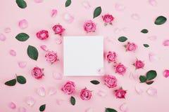 白色框架空白、桃红色玫瑰花和瓣温泉或婚礼大模型的在淡色背景顶视图 美好的花卉模式 库存照片