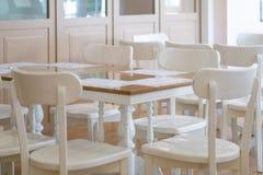 白色桌和椅子在餐馆 库存图片
