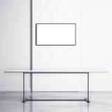 白色桌和空的电视屏幕 免版税库存照片