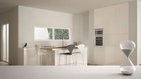 白色桌或架子与测量通过的时间在最低纲领派白色厨房的水晶滴漏有饭桌的, 皇族释放例证