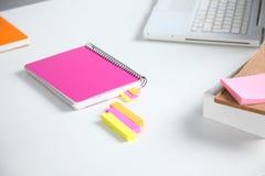 白色桌面特写镜头有笔记薄、笔、咖啡杯和其他项目的 选择聚焦 免版税库存照片