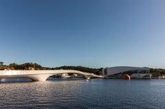 白色桥梁和Buen在Mandal港在挪威 图库摄影